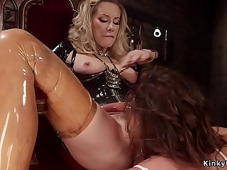 Lesbian in latex anal fucks submissive
